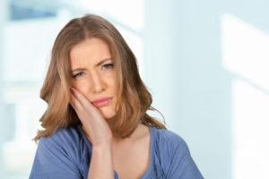 mujer con dolor del diente