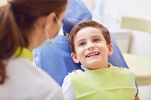 Un niño con un dentista en un consultorio dental